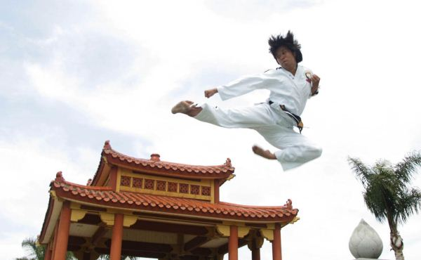 Duc dang taekwondo instructor kim anh flying side kick