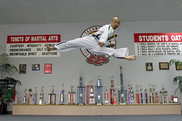Duc dang taekwondo instructor hoi nguyen split kick